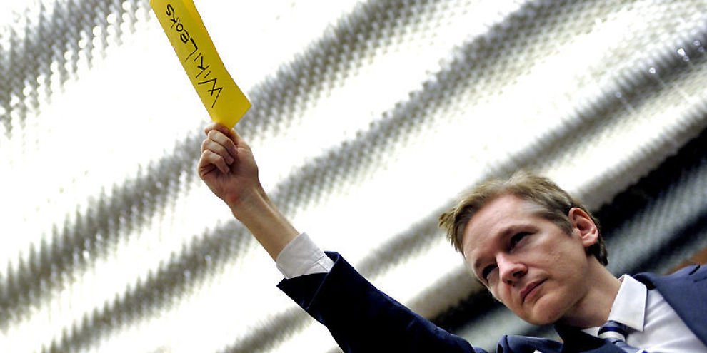 TALK SHOW-VERT: WikiLeaks-grunnlegger Julian Assange er ettersøkt av svensk politi, nå starter han politisk talk show.