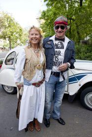 PÅ FEST: Bjørn Kjos sammen med sin kone, Gerd Helene Kjos, på fest hos Petter Stordalen. Tema på festen var Flower Power Party.