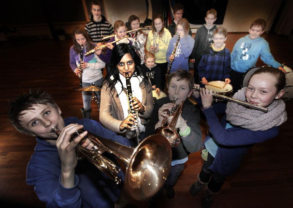 MYE GLEDE: Ingenting å si på spillegleden til (f.v.) Torbjørn (14), Venila (17), Dag (10), Pernille (11) og de andre musikantene i Manglerud og Høyenhall skolekorps.