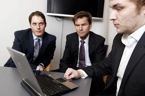 <p>ALGORITMER: E24 viser toppsjefene i DNB Markets hva som skjedde på Oslo Børs i november måned. Ottar Ertzeid (midten), adm. dir. i DNB Markets og aksjesjef Paal Karstensen (t.v.). E24s journalist Sverre Rørvik Nilsen til høyre i bildet.</p>