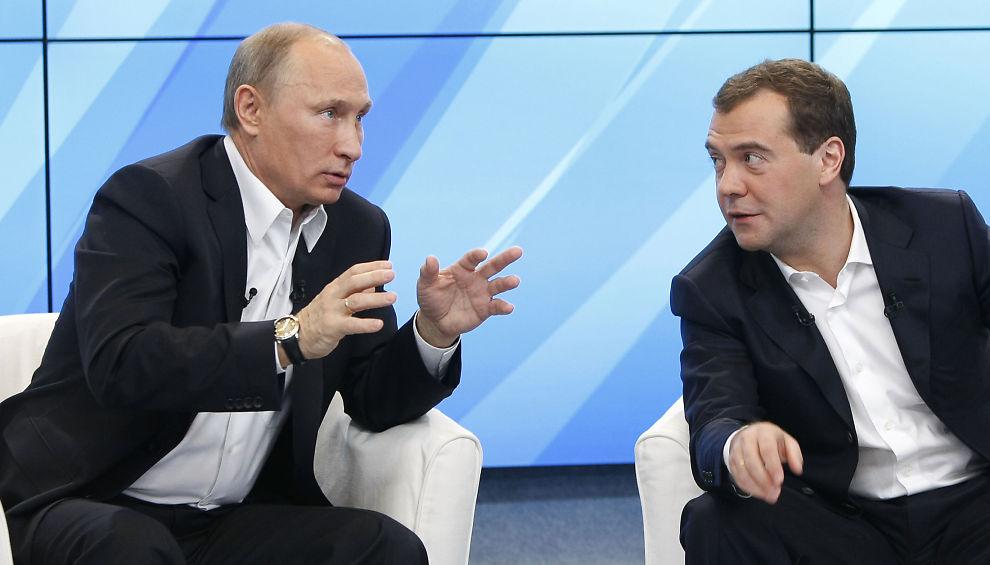 MISTER POPULARITET: Statsminister Vladimir Putin har tapt popularitet i den russiske befolkningen. Her snakker han mens president Dmitry Mevedev lytter under et møte med støttespillere i Moskva 1. desember 2011.