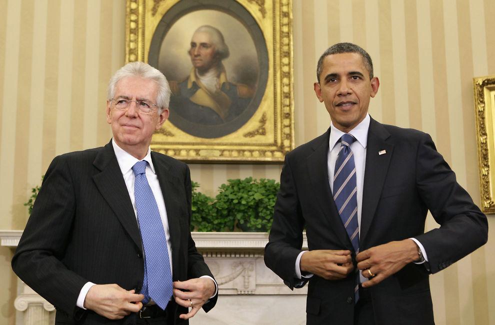 ROSER MONTI: USAs president Barack Obama (til høyre) mener Italias statsminister Mario Monti her gjort en god jobb med å håndtere gjeldskrisen så langt. Her er de avbildet etter deres møte i Det ovale kontor i Det hvite hus i Washington torsdag 9. februar. Obama forsikret Monti om at USA vil gjøre det som er mulig for å bidra til å stabilisere situasjonen i eurosonen.
