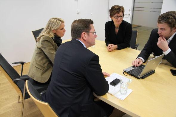 E24 viser Folketrygdfondet funnene i undersøkelsen av all handelen på Oslo Børs i november 2011. I midten er leder Olaug Svarva, direktør for aksjer, Nils Bastiansen, med ryggen til og til venstre Christina Stray, sjefsjurist.