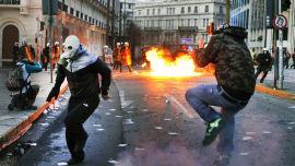 KAOS: Voldsomme demonstrasjoner fant sted i Aten forrige helg. Det er bare en forsmak på kaoset som vil oppstå dersom landet går konkurs, mener eksperter.