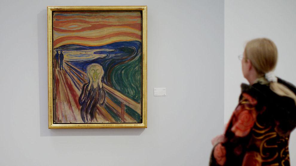 PRIVAT SKRIK: Forretningsmannen Petter Olsen selger sin utgave av det verdenskjente maleriet «Skrik». Her står en dame og ser på Munch-museets «Skrik» i Oslo.