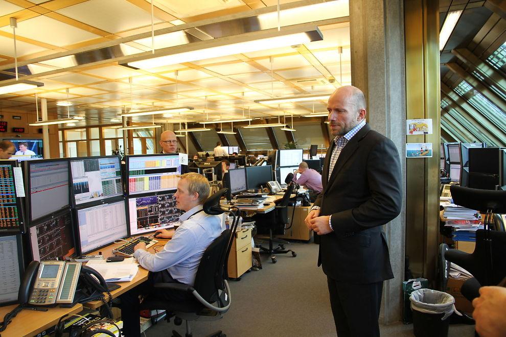 KJEMPER MOT ROBOTENE: Sjef for aksjehandel for Oljefondet, Øyvind Schanke (t.h.) må hele tiden endre strategi for å unngå å bli utnyttet av de superraske aksjehandlerne i markedet.