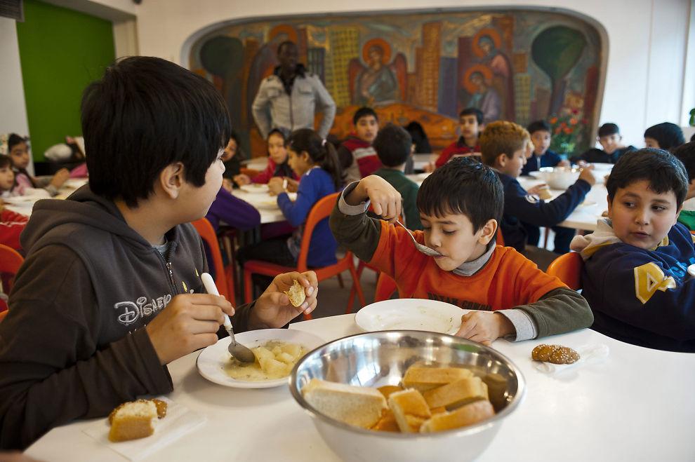 FÅR HJELP: Nordmenn gir penger til barnehagen, skolen, dagsenteret og helseklinikken Kivotos tou Kosmou i en av de verst rammede delene av Hellas. Her får barn mat og omsorg.
