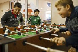 MORO: Barn ved Kivotos tou Kosmou får både mat og muligheter til å utfolde seg. Her spiller en grupper gutter bordfotball.