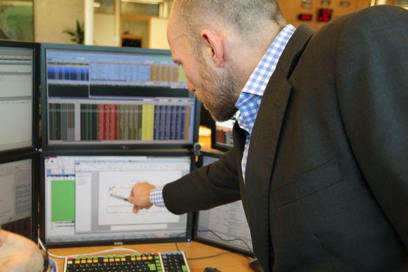 STRATEGIEN: Her viser sjef for aksjehandel for Oljefondet, Øyvind Schanke, hvordan Oljefondet valgte å handle i et spesifikt verdipapir. Her ble en rekke metoder valgt og i ettertid lager de rapporter for å se hvor mye prisen ble påvirket av oljefondets kjøp.
