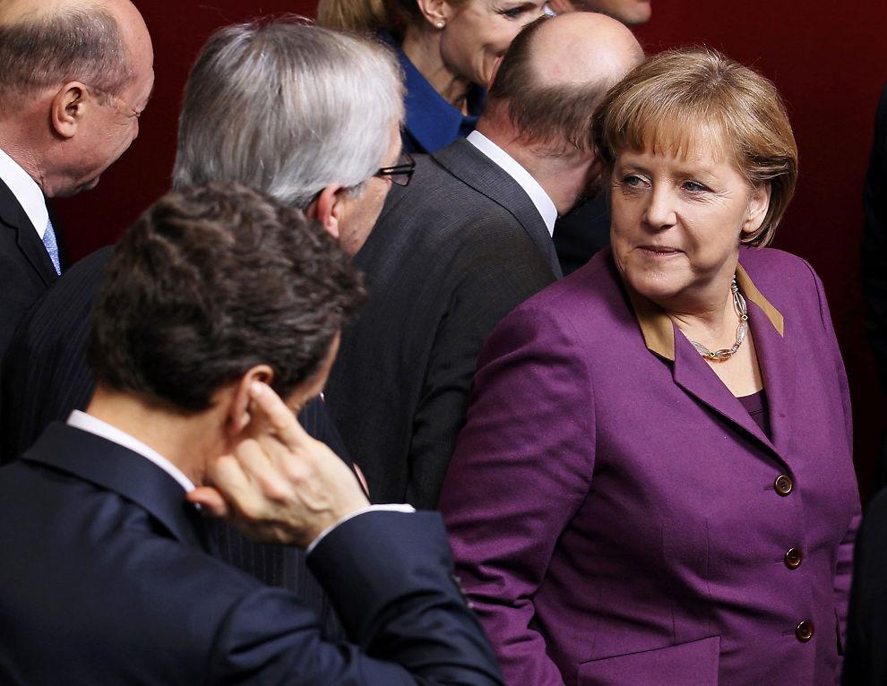 SKREVET UNDER: EUs ledere har skrevet under på finanspakten. Her er Tysklands kansler sammen med EU-ledere under et møte i Brussel 1. mars.