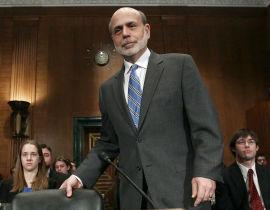 SKUFFET MARKEDET: Fed-sjef Ben Bernanke ankommer her høringen i Senatets «Banking, Housing and Urban Affairs»-kommité 1. mars i Washington DC. En mer optimistisk tone og fravær av snakk om nye kvantitative tiltak skuffet markedet.
