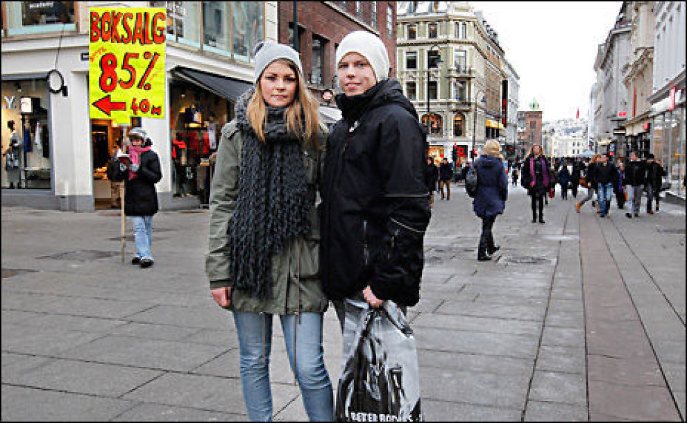 KORT PROSESS: Espen Thomassen (20) klipte i stykker sitt kredittkort da han våknet opp etter et julebord med kredittgjeld på 10000. - Da jeg endelig hadde spart opp penger til å betale, hadde gjelden steget til 14000, forteller han. VG møter han på shopping i Karl Johan med kjæresten Julie Olsen (20). Hun bruker kredittkort når pengene ikke strekker til, men betaler alltid før rentene stiger. Hun vil ikke gå i den samme fellen som kjæresten. Foto: Trond Solberg/VG