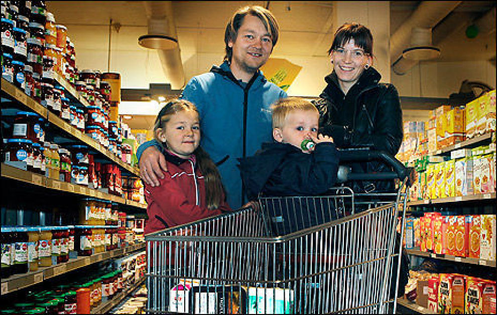 Kristin Sif Sveinsdottir (7), Sveinn Thorarinsson (32), Thorarin Sveinsson (2) og Kålbrun Kristinardottir (32) handler på ICA Supermarked når de skal ha det lille ekstra. Hverdagsinnkjøpene gjør de på Rema 1000. Foto: Nils Bjåland.
