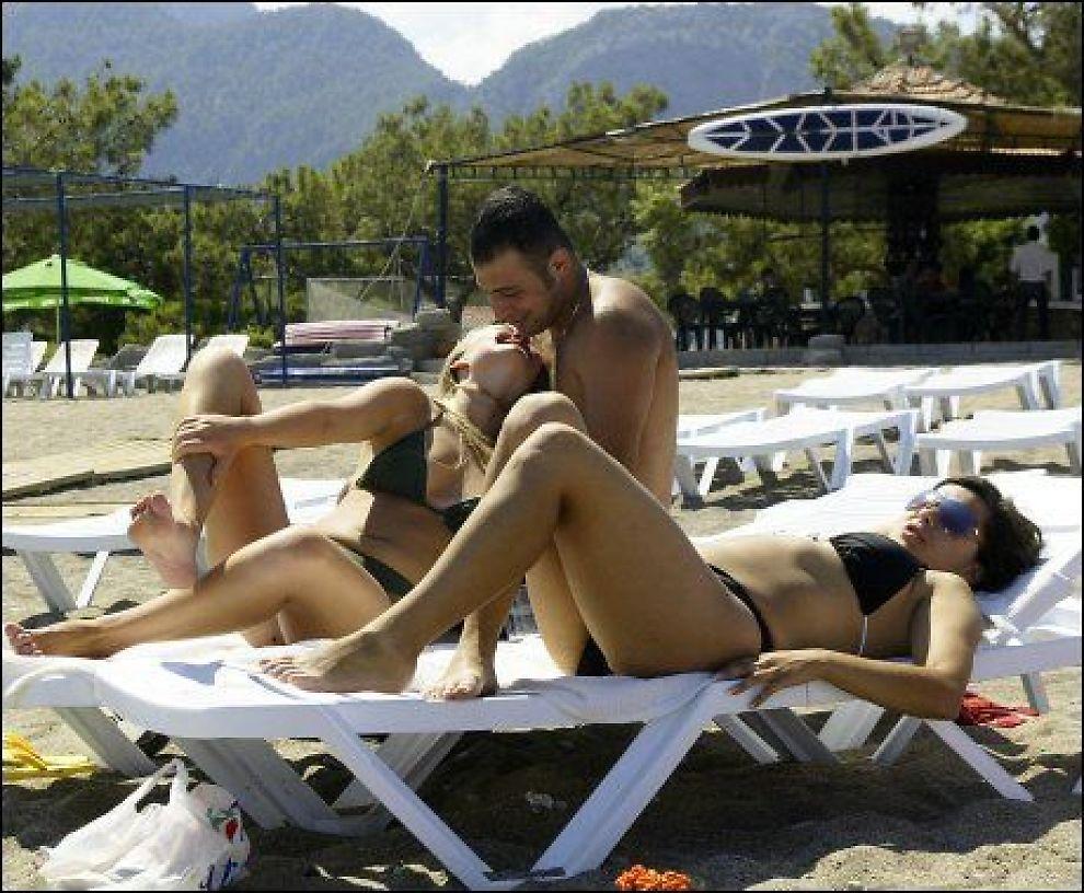 KOSER SEG: Ferierende har en avslappet stund på stranden i tyrkiske Kemer. Foto: Scanpix