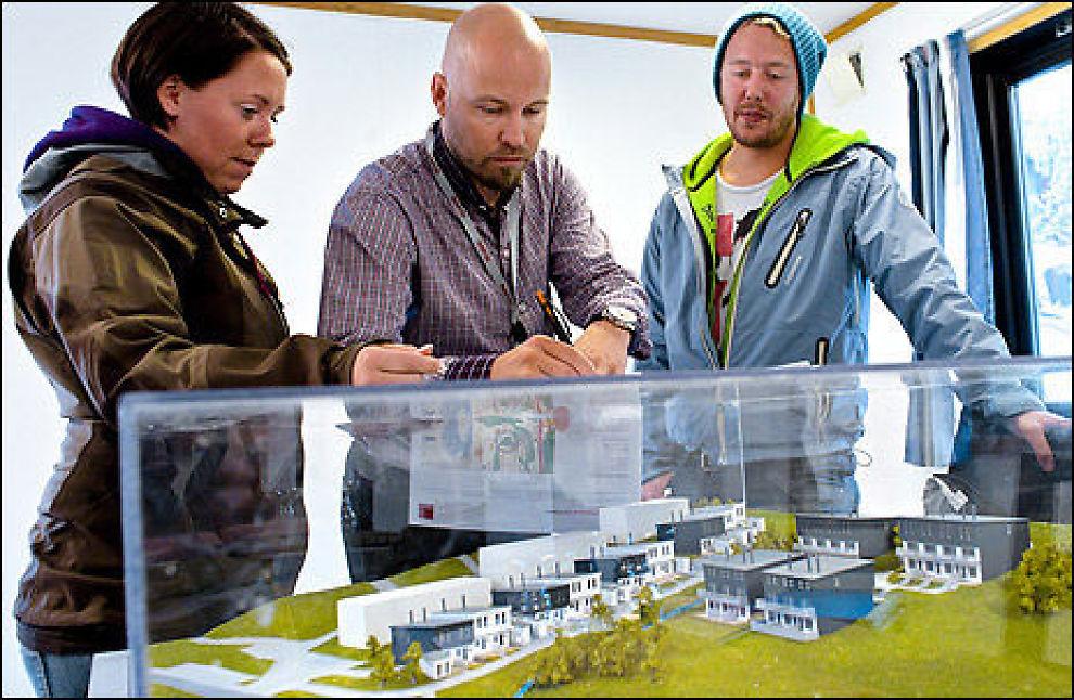 STO I KØ: Hanne Olaussen og Petter Wåler sto i kø for å sikre seg et av de nye rekkehusene som ble lagt ut for salg på Skullerud i Oslo i går. Her underskriver de kontrakten med megler Bård Johnson. Prisene på rekkehus har gått rett til værs den siste måned. FOTO: KRISTER SØRBØ/VG