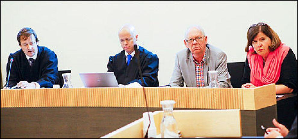 VITNET: Advokat John Christian Elden, advokat hos Elden Thomas Berge, småsparer Ivar Petter Røeggen og direktør i Forbrukerrådet Randi Flesland, som vitnet i retten i dag. Foto: Taral Jansen.