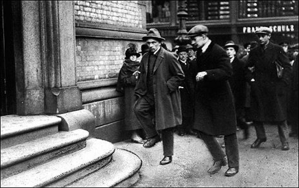 LANDSFEDRE? Martin Tranmæl og Einar Gerhardsen vei opp trappen inn i Stortinget i 1925. Foto: Scanpix