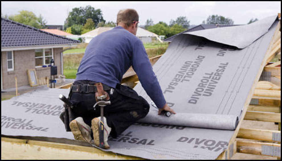 KLAGE: Lekker det fra taket på din splitter nye bolig, må du klage så rakst som mulig. Illustrasjonsfoto: colourbox.com