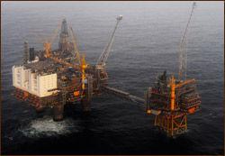 Velger du å studere petroleumslogistikk, vil du trolig få en jobb innen olje og gass-industrien. Her fra Oseberg-plattformen i Nordsjøen. Foto: Marit Hommedal, Scanpix
