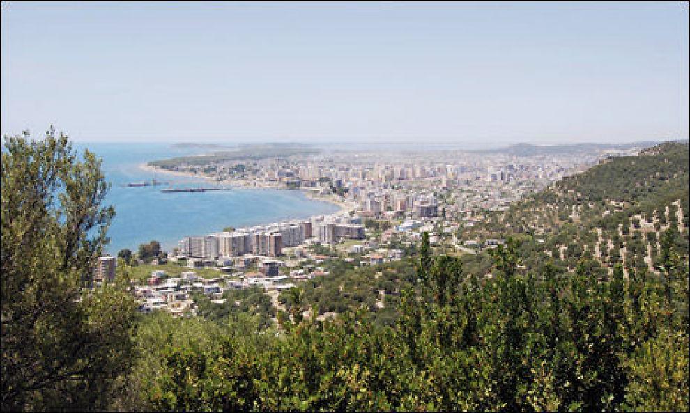 STOR GJESTFRIHET: Ifølge Utenriksdepartementets ekspertise er albanere er svært gjestfrie til tross for omfattende fattigdom. Det er ikke uvanlig å bli bedt inn på kaffe og raki (druebrennevin) av tilfeldige bekjentskaper. En avvisning av en slik invitasjon bør gjøres taktfullt for ikke å fornærme vedkommende. Dette bildet er fra byen Vlora. Foto: Scanpix