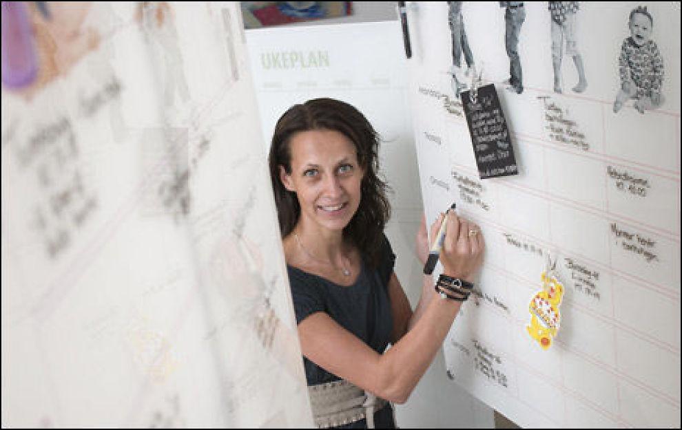 """FACEBOOK-AKTIV: Den veggopphengte tavlen """"Ukeplan"""" selger godt på nettet, mye takket være Facebook-gruppen som Siri Hestad Solberg har opprettet for firmaet sitt. Halvparten av salget kommer fra kunder som har funnet firmaet hennes på Facebook. Foto: Sjur Jansen."""