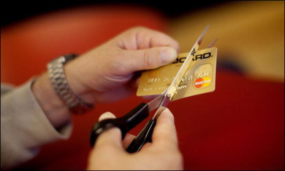 KREDITTKORTBRUK: Det som er inngangen til økonomiske problemer for mange er bruk av kredittkort og opptak av forbrukslån. Foto: Scanpix