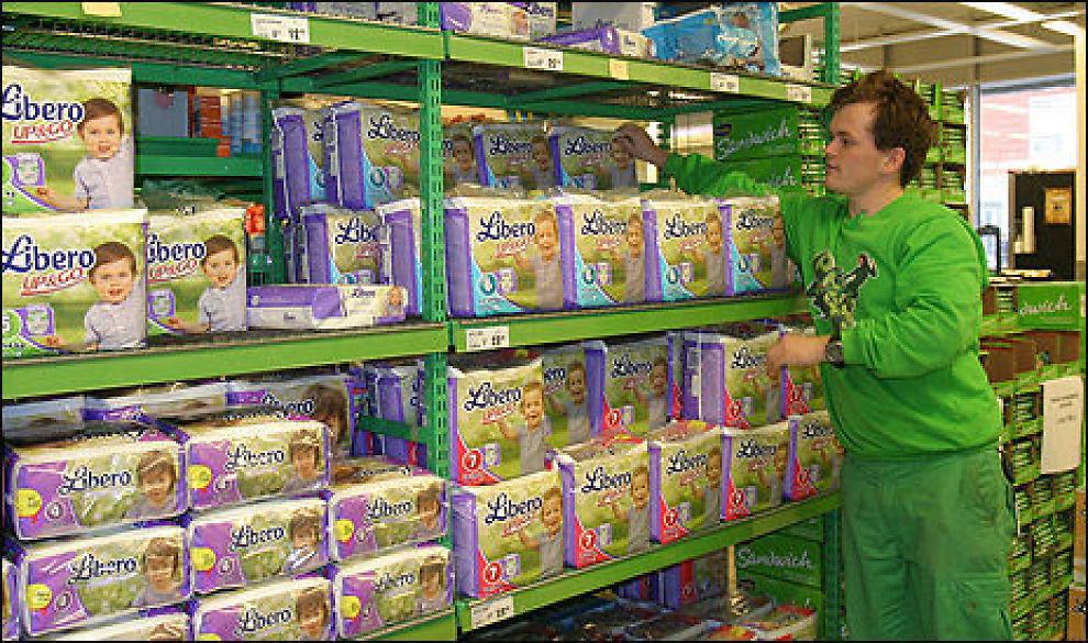 Mads André Vie, assisterende butikksjef ved Kiwi i Storgata i Oslo, må stadig fylle på med bleier i hyllene. - Det blir hele tiden tomt for bleier og barnemat om dagen, sier han. Foto: Ida Aamodt-Hansen
