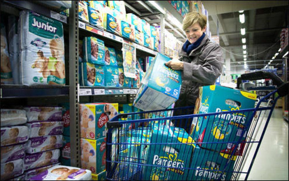 TIL BARNEBARNA: - Jeg kjøper bleier til barnebarna Pernille og Lukas som bor på Hadeland, jeg må benytte anledningen nå som det er så billig, sier Margaret Engh som kjøpte sin «kvote» på Coop på Løren i Oslo. Foto: Robert S. Eik