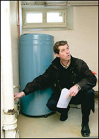 Takstmann Nils-Erik Christiansen forklarer at rom som benyttes til boligformål, skal medregnes. Uinnredet kjeller som her, skal ikke regnes med. Foto: Lars Aamodt, Dine Penger
