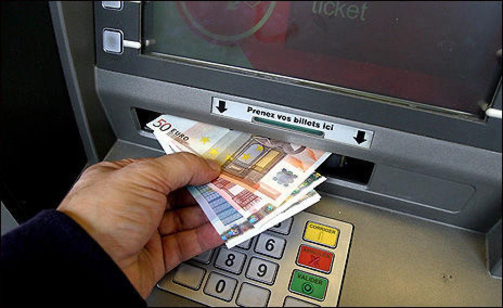 Skal du på ferie i utlandet, kan det være greit å sjekke hva banken din tar betalt for kortbruken. Bare 14 av landets nærmere 150 banker lar deg bruke kortet gratis. Foto: Colourbox.