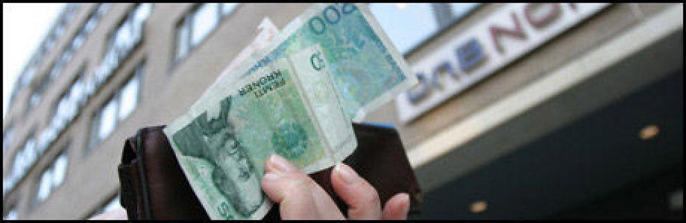 SPARER: Nordmenn fortsetter å putte penger i banken, men ikke like mye som de siste årene. Foto: Sjur Jansen, Dine Penger