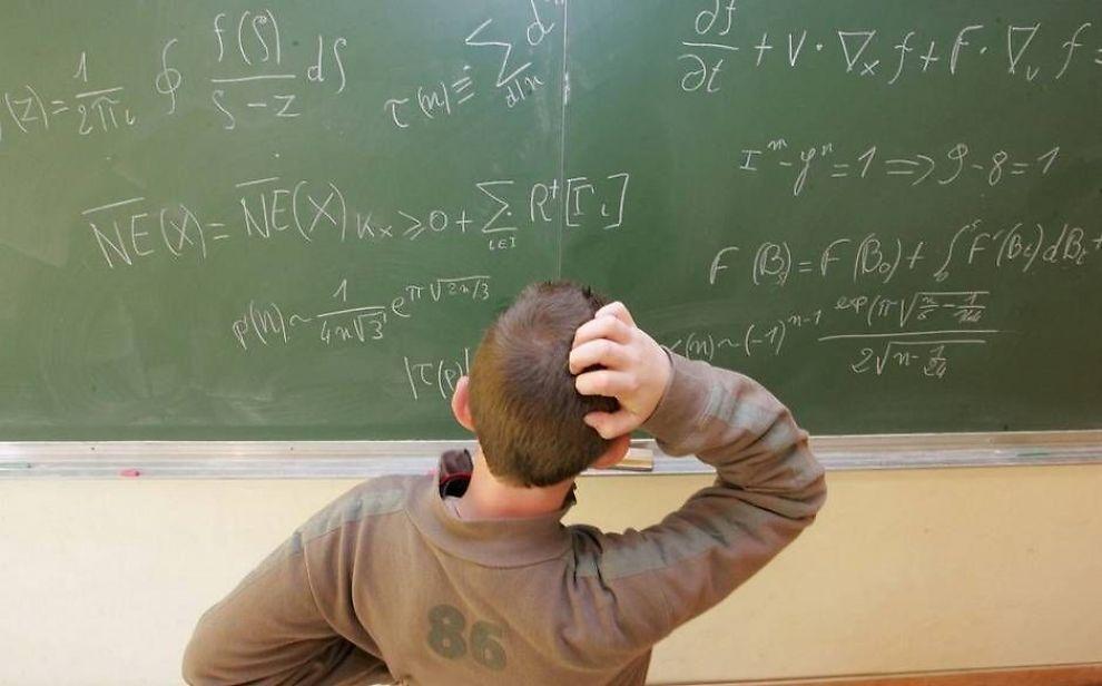 GAMLEMÅTEN: Mange opplever at pc-ene er så trege å starte opp at det er mer effektivt å undervise på gamlemåten.