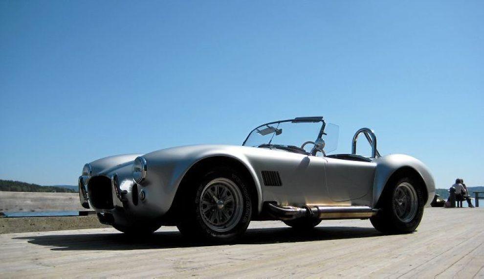 LEGENDE: Den legendariske Shelby Cobra, her representert ved en anerkjent replika produsent, Daimler Dax. Utvendig er det ikke mye som skiller originalen fra kopien, og den intense kjøreopplevelsen er godt bevart.