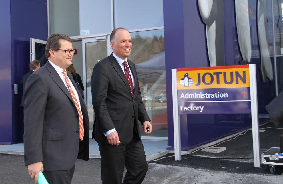 - EN STOR DAG: Styreleder Odd Gledistch d.y. er meget fornøyd med at Jotuns konsernsjef Morten Fon (t.v.) har bygd en ny fabrikk i Norge.