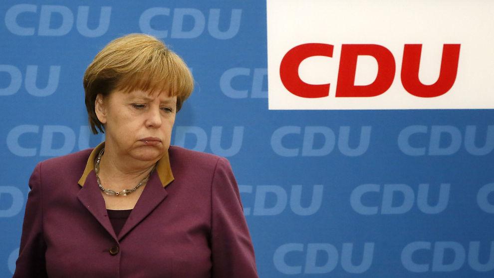 NYE KUTT: Tysklands statsminister Angela Merkel (bildet) advarer mot forslag om å stenge Hellas ute fra eurosamarbeidet. Utsendinger fra EU og Det internasjonale pengefondet (IMF) kom mandag til Aten for å drøfte nye innstrammingstiltak i den greske økonomien. Til sammen skal det være snakk om kutt på 11 milliarder euro, eller nærmere 84 milliarder kroner, i løpet av de neste to årene.