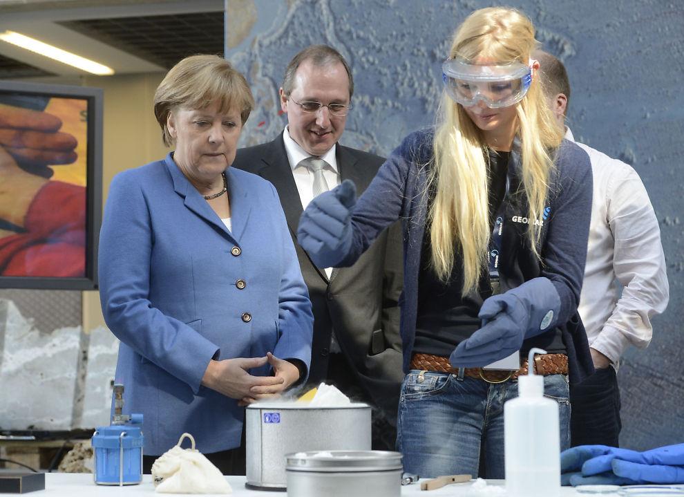SEHR GUT: Tysklands forbundskansler Angela Merkel kan konstatere at ledighetsraten i mars falt mer enn økonomene ventet.