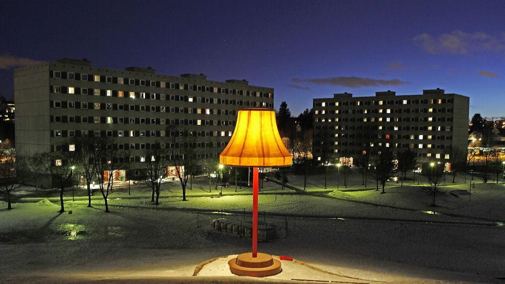 STADIG DYRERE: Leiligheter blir stadig dyrere, og har hatt den sterkeste prisveksten det siste året. Her ses blokker på Haugenstua. Foran blokkene ses en gedigen stålampe, som er en del av den såkalte Grorud-satsingen i Oslo.
