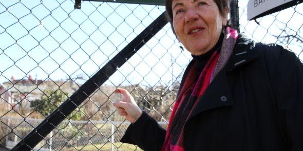 HIT, MEN IKKE LENGER: Toril Østeby (66) har ennå ikke fått en plass i Rødeløkken Kolonihage. Som folk flest må hun vente til hagen åpner 1. mai, før hun kan besøke området. - Der kan man sitte med føttene i gresset og hodet under et epletre; så vakkert er det. Det er det jeg ønsker meg. Jeg har det bra her jeg bor i 4. etasje, men dette har jeg ikke, sier Østeby, som blir pensjonist neste år.