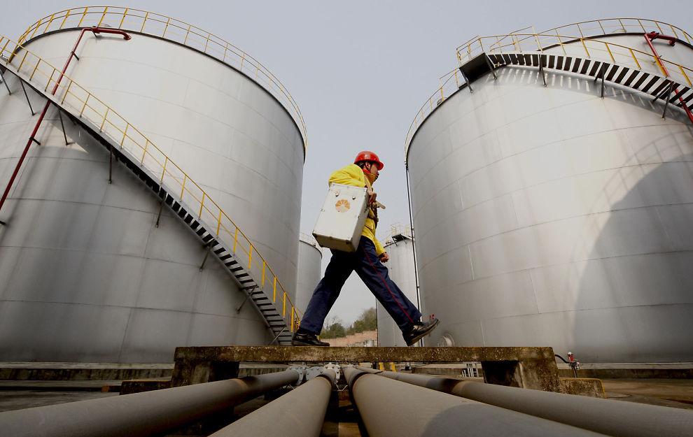 TANKER:Fulle oljelagre rundt om i verden kan sende fraktratene til tankselskaper som Frontline rett til bunns. Her er oljetanker eiet av Petrochina i Sichua-provinsen. <p></p>