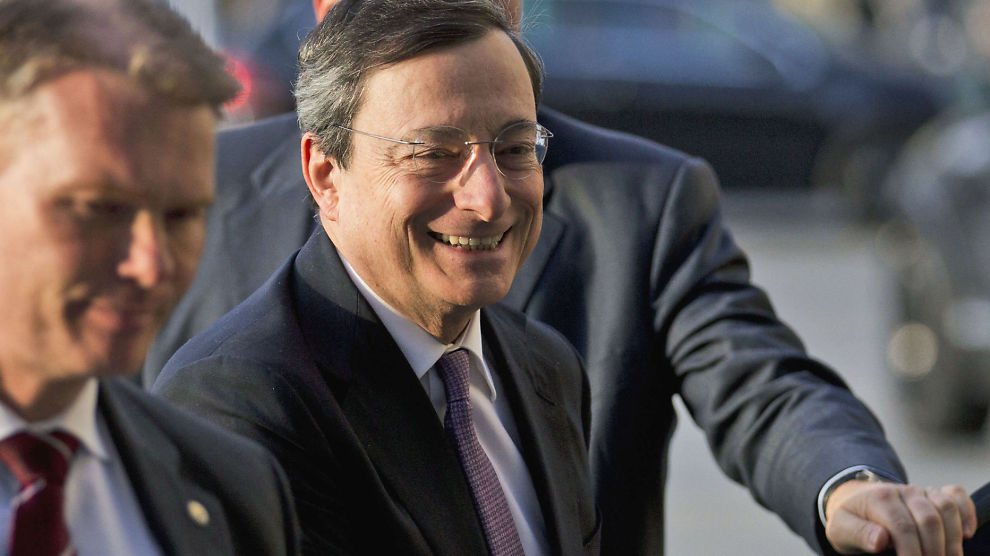 TOK MARKEDET PÅ SENGEN: Mario Draghi, sjef for den europeiske sentralbanken, overrasket når han lot land låne så mye de ville til sentralbankens signalrente.