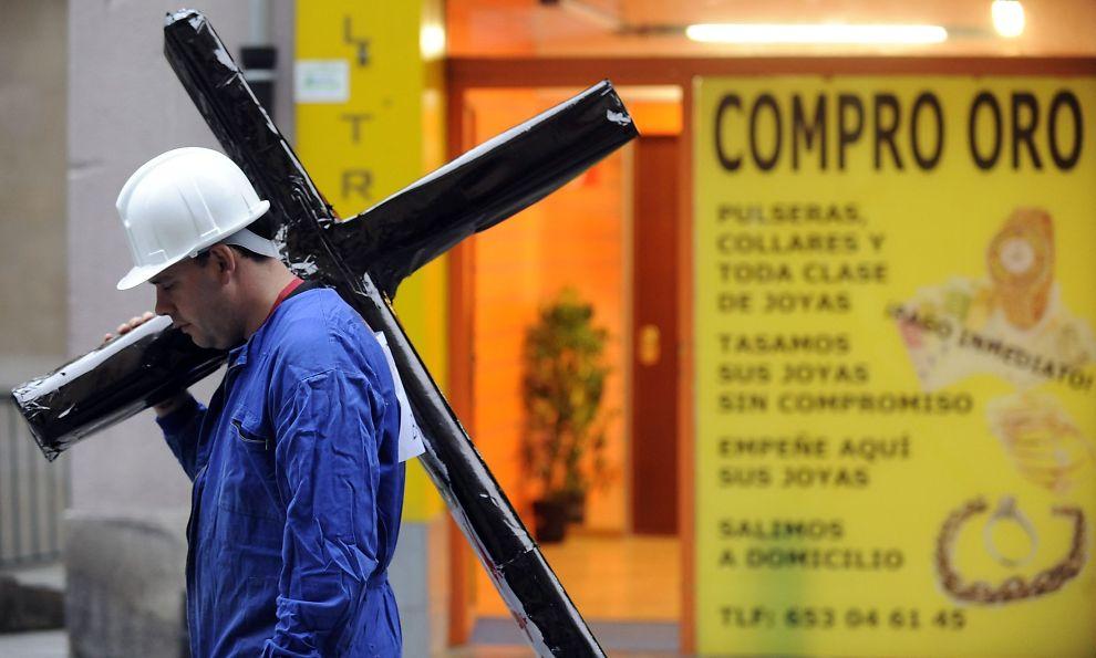 TUNGT: Den økonomiske situasjonen i Spania blir stadig vanskeligere å bære. Nå tror eksperter at smellen - og behovet for internasjonal hjelo - kan komme allerede neste år.<br/><br/>