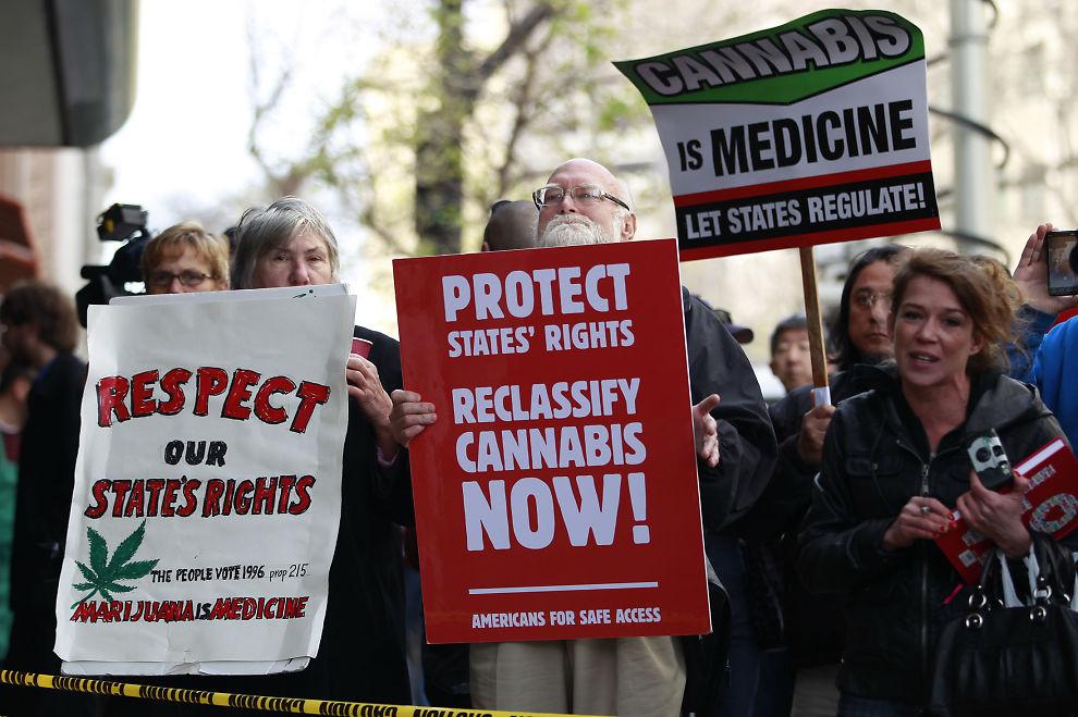 LITT LEGALISERT: Bildet viser en demonstrasjon i starten av april da nasjonale myndigheter raidet Oaksterdam University i California.