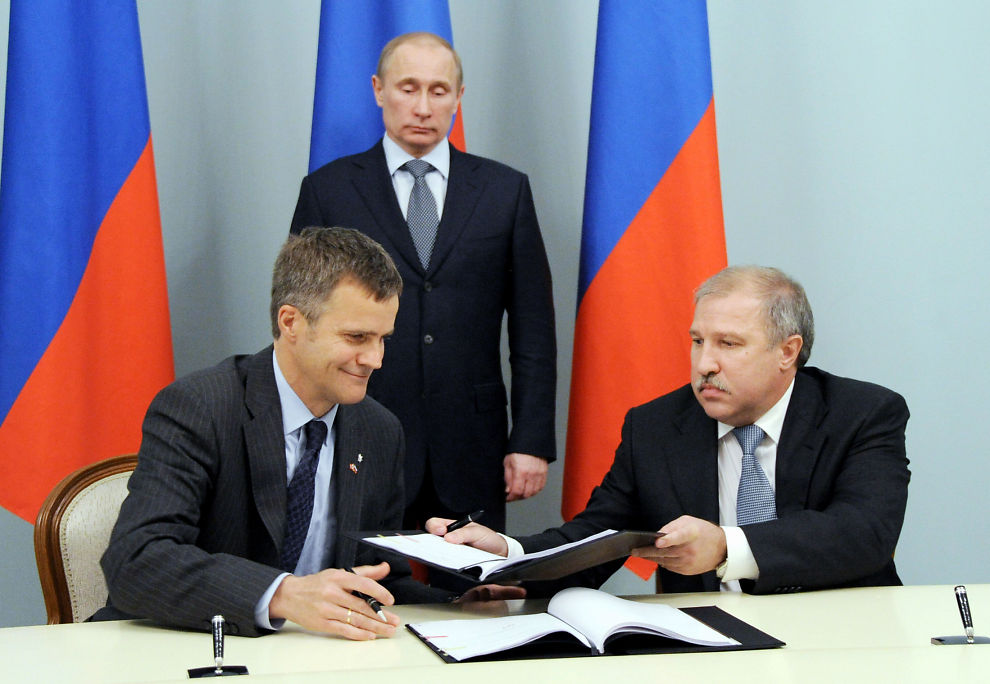 AVTALE: Her signerer Statoils Helge Lund avtalen med russiske Rosneft. Konsernsjef Eduard Khudainatov (t.h.) og Russlands statsminister Vladimir Putin i bakgrunnen.