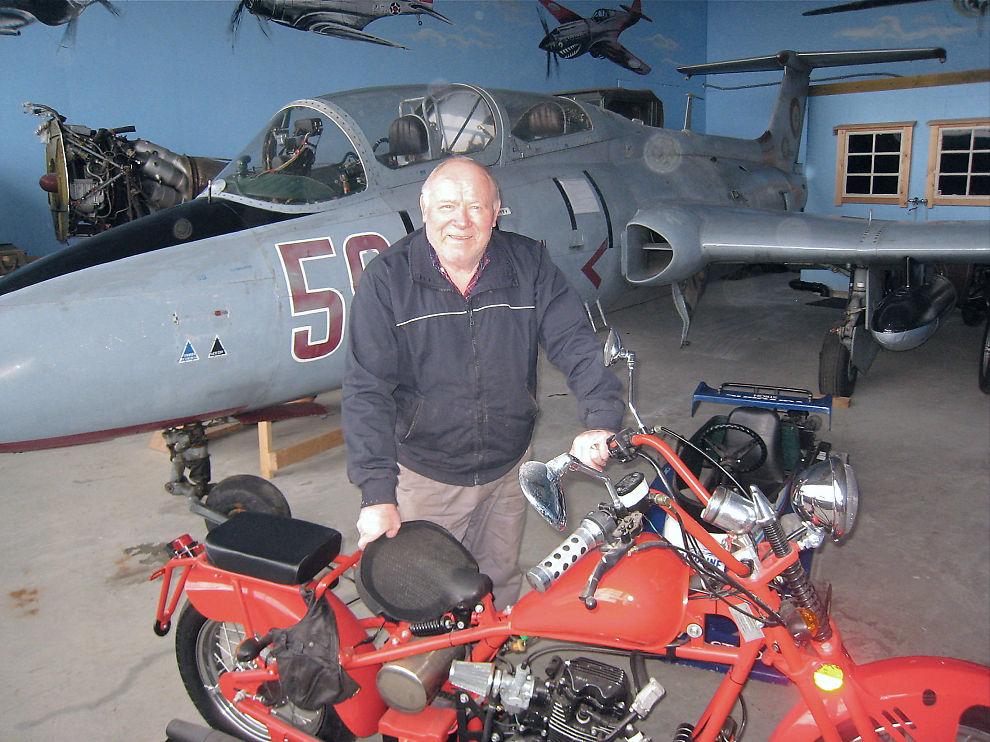 STORSAMLER: Transport-gründer Rolf Wee åpner dørene på sin samling for publikum. Den består 140 kjøretøy og et russisk jagerfly.