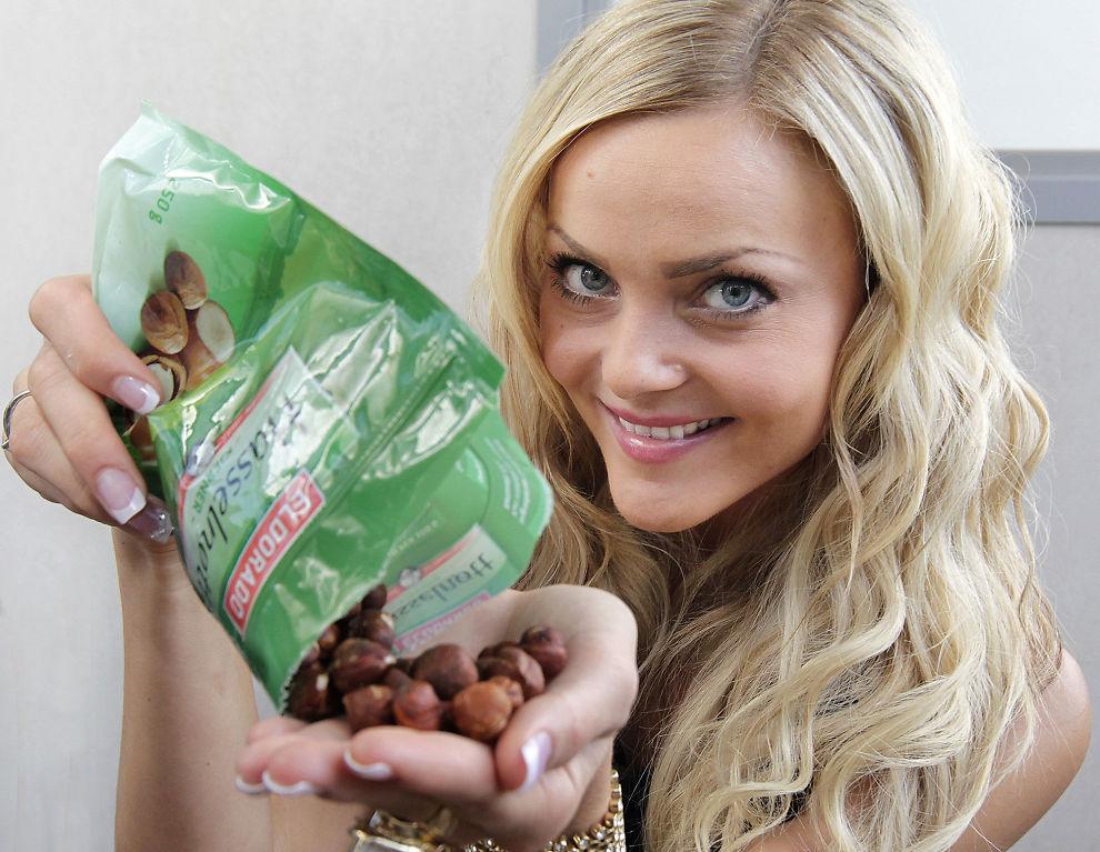 OBS, ER DATOEN SJEKKET? Fotballfrue Caroline Berg-Eriksen ble syk etter å ha spist gammel Snøfrisk. Forhåpentligvis er disse nøttene ikke gått ut på dato.