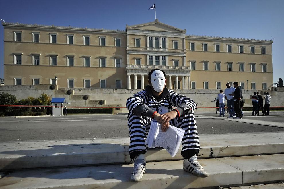 STUP: På under fem år har Hellas-børsen falt 88 prosent i verdi. Her er en av de mange demonstrantene som har kritisert regjeringen for harde kutt.