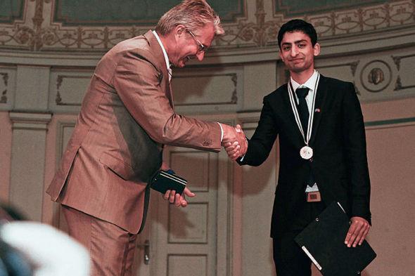 STOLT VINNER: Høsten 2011 ble hedersprisen Pride of Performance overrakt Waleed Ahmed av selveste Oslo-ordfører Fabian Stang. Nå risikerer gründeren av Grønt Norge å måtte levere prisen tilbake.