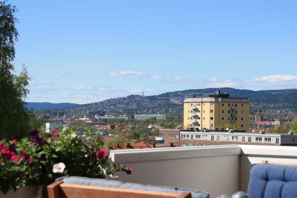 <p><b>480.000 KR:</b>En treroms i Bergljotsvei 11 B i Oslo - med storslagen utsikt fra balkongen - gikk 480.000 kroner over prisantydning.</p>