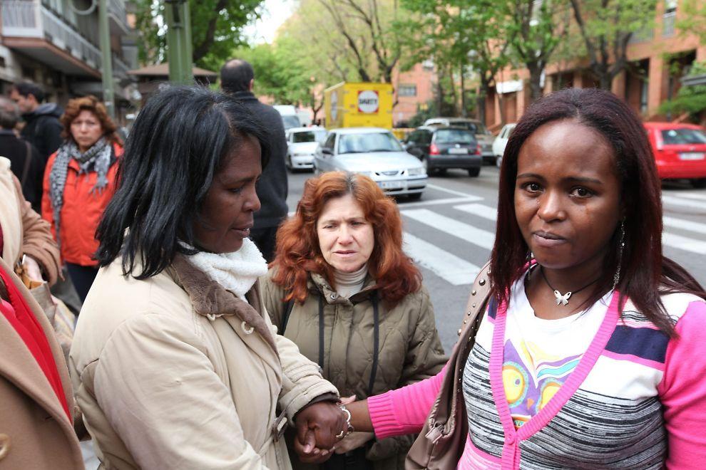 MOR OG DATTER: Maria Luisa Pintales hadde bedt sin gravide datter om å holde seg borte fra utkastelsen, men hun kom likevel. Her møter en gråtende mor sin gråtende datter etter at moren har blitt fratatt sitt hjem.