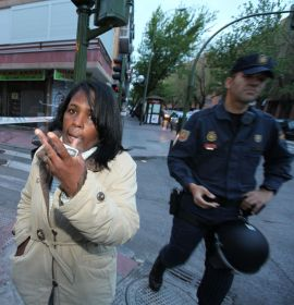 KASTES UT: Maria Luisa Pintales har ikke lenger råd til å betale huslånet. Denne dagen skal derfor banken komme og forhandle med henne for siste gang. Politiet møtte tidlig opp for å forhindre at demonstranter skulle spolere utkastelsen.